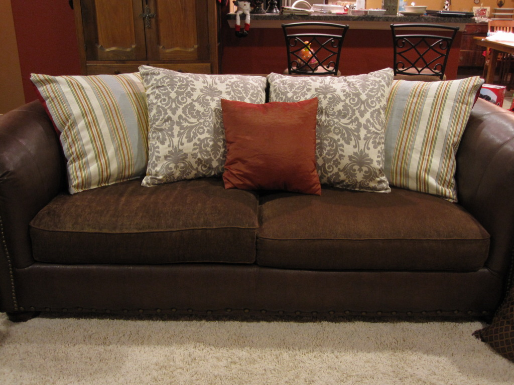 Decorative Pillows For Dark Brown Sofa Inflatible Couch Rumah Minimalis
