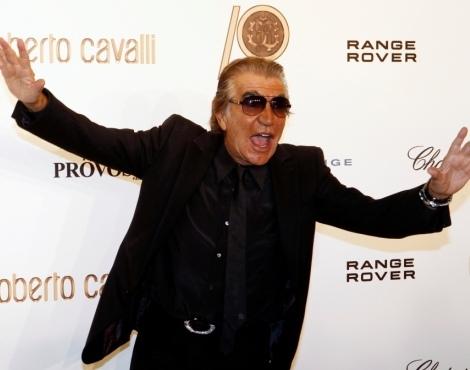 O estilista Roberto Cavalli escolheu a Paris para dar continuidade aos  festejos dos 40 anos de carreira no mundo da moda. Depois de apresentar a  sua coleção ... 7258260f76