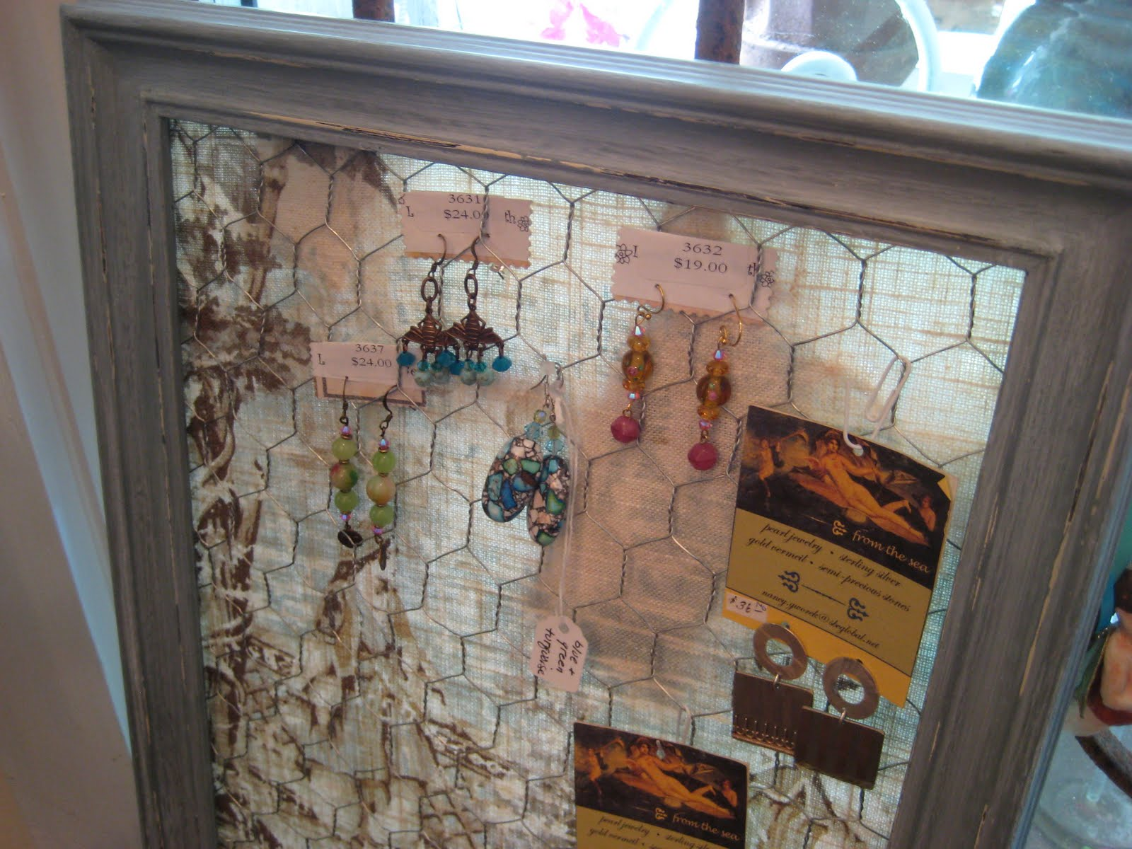 C Dianne Zweig Kitsch N Stuff Using An Old Frame And Chicken Wire To Hang Vintage Jewelry