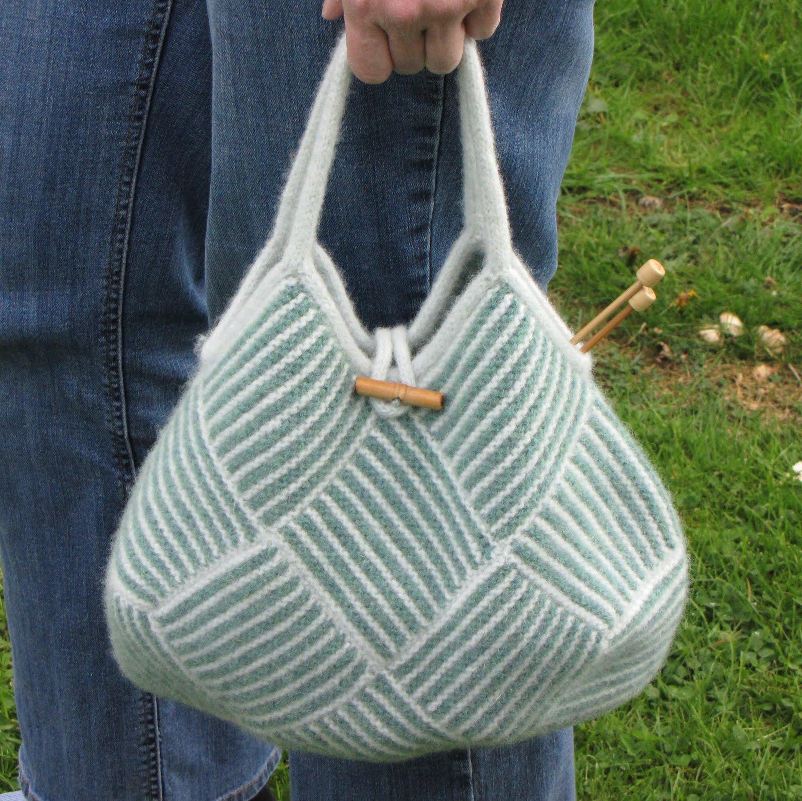1dda4106df9 Jeg fandt den oprindelige, japanske opskrift til denne strikkede taske på  Ravelry - men den er meget ordfattig, og jeg har derfor hovedsageligt  anvendt ...