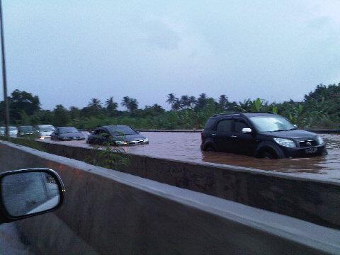 foto banjir Jakarta Tangerang 25 Oktober 2010 masih tol BSD