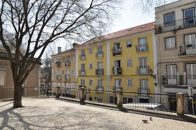 b800a56b8 A elevação do Largo Agostinho da Silva permite olhar melhor para os prédios  da Rua Marcos Portugal que passa por ele, subindo, em direcção à Rua da  Imprensa ...