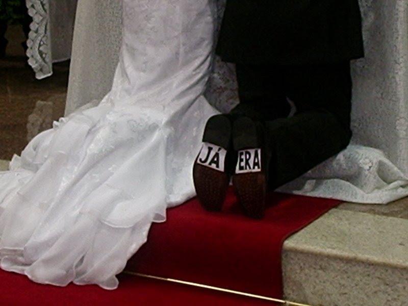 25c4b7ae27 A idéia é colar os adesivos na sola do sapato e, quando os noivos se  ajoalharem, todos os convidados poderão ler as mensagens que estão coladas.