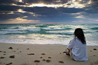 Resultado de imagem para pessoas a ver o mar