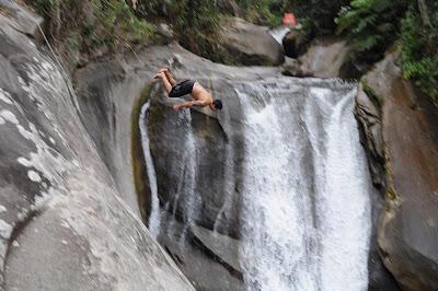viajando sem frescura rio de janeiro rj sana macae região serrana cachoeiras camping mãe pulando cabeça