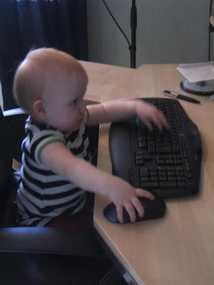 dd3f66e019c Alltså. Hon vet precis hur en mus fungerar. Det är på tiden att hon får sig  en egen dator. Så slipper man få konstiga problem i viktiga dokument.