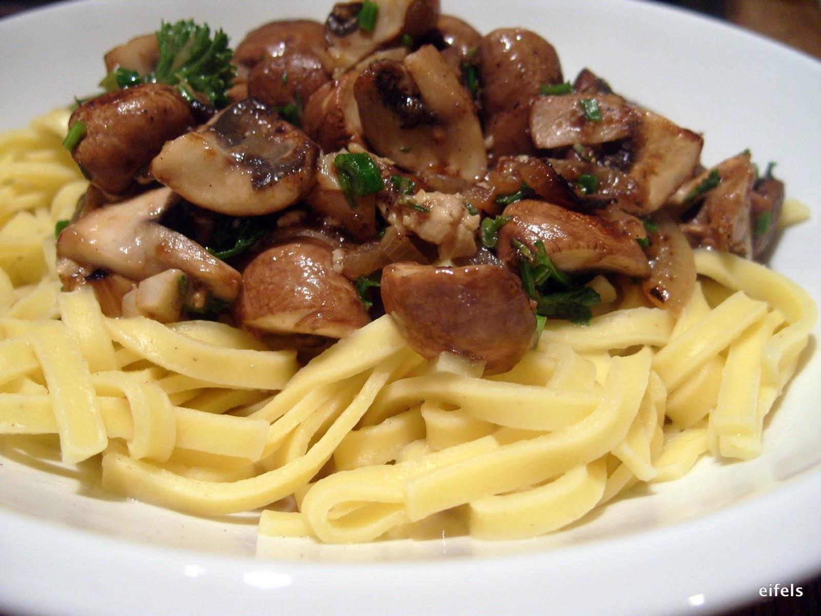 eifels kochtopf nudeln mit champignons und camembert in weisswein. Black Bedroom Furniture Sets. Home Design Ideas