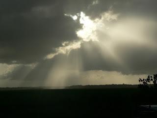 Resultado de imagem para imagens de manhã nublada e criança sorrindo