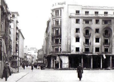 Calea Victoriei si hotelul Athene Palace dupa ce au fost incendiate ca urmare a bombardamentelor in 1944