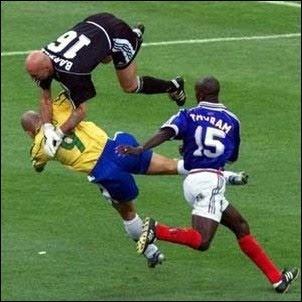 http://4.bp.blogspot.com/_iOkhTpFF1o0/TCzKxaK8ZII/AAAAAAAABGs/GgpbrMyy_ZU/s400/brazil-soccer-playing-or-fighting.jpg