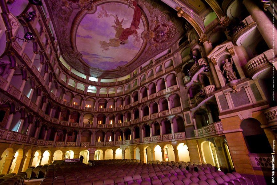 Il teatro Fraschini di Pavia in una foto curiosa
