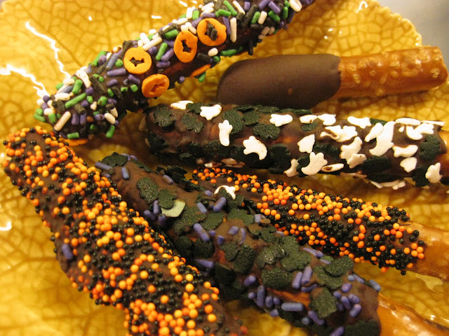 chocolate dipped pretzel recipe, a great halloween dessert that uses halloween sprinkles
