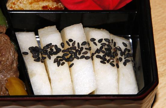 ni chan schreibt was sie will bento 9 onigiri spinat tamagoyaki und karamellisierte kirimochi. Black Bedroom Furniture Sets. Home Design Ideas