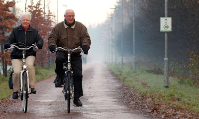 Image of Dutch senior citizens on bicycles