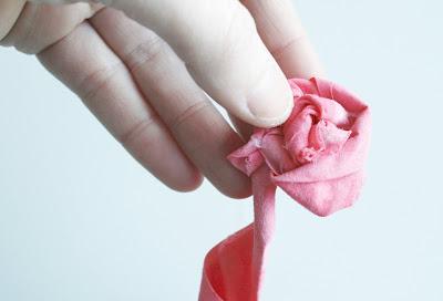 طوق الورود ببقايا الاقمشة