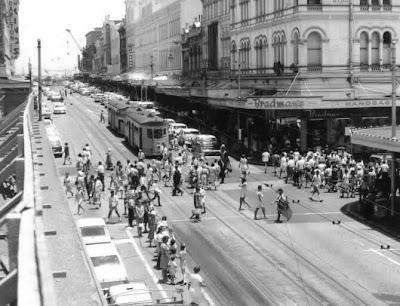 https://4.bp.blogspot.com/_jlzpig5s0RU/SDat6S4axiI/AAAAAAAAAQg/9LeMAjeCePw/s400/Trams+on+Queen+Street.jpg