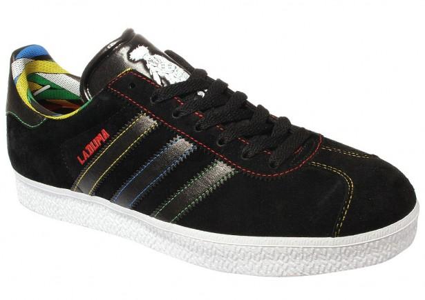 finest selection bdcb5 57d22 ... die Oberfläche mit bunten Schnürsenkeln bedrickt ist. Auch der weiße  Schuh zeigt einen Zulu auf der Zunge. Schon bald bei den Adidas Händlern zu  haben.