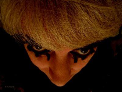 Máscara, foto de Nina Victor, para ilustrar a poesia Aleivosia de Helioween, de Helio Jenné