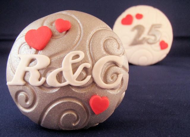 cupcakes 25 jaar getrouwd Zilveren huwelijk   Laura's Bakery cupcakes 25 jaar getrouwd