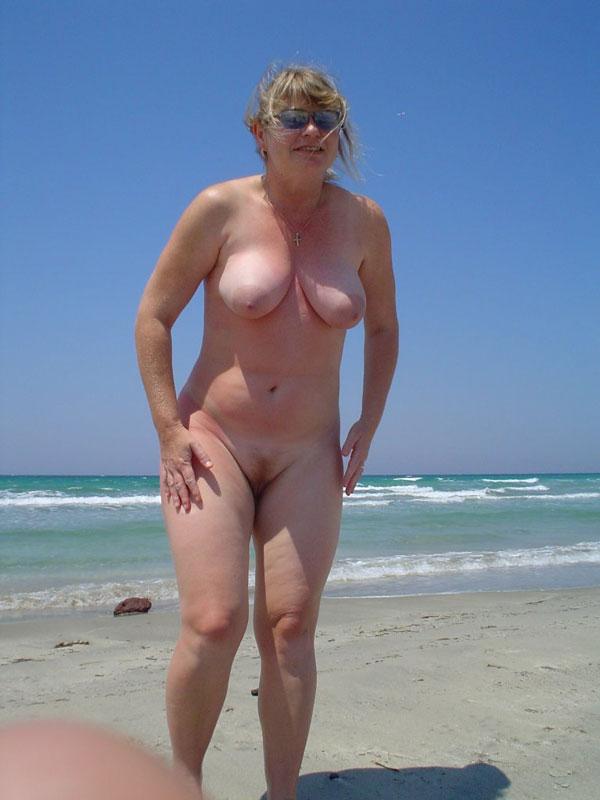 этого мало, голая в возрасте на пляже прошлые выходные женщина