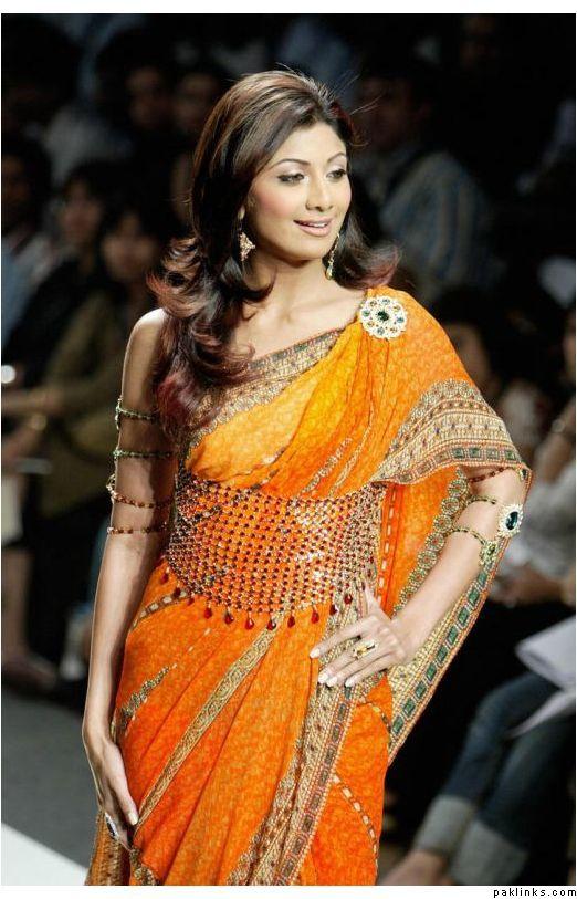 4949ea1d2d Un sari o saree es una tira larga de tela sin costuras, que va de 4 a 9  metros de largo y se enrolla sobre el cuerpo con diferentes estilos.
