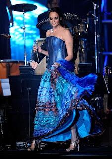 Shaila Durcal. Esplendorosa en el homenaje a Juan Gabriel en los Latin Grammy. La joven es ya una artista consolidada como lo fue su Madre. Video ¡