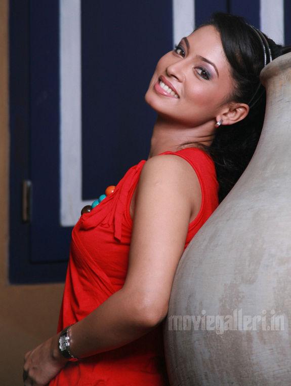 http://4.bp.blogspot.com/_kLvzpyZm7zM/S9l-kb5_5LI/AAAAAAAAKzE/4t4Qb6IPnOU/s1600/tamil-actress-pooja-umashankar-hot-photos-pics-wallpapers-03.jpg