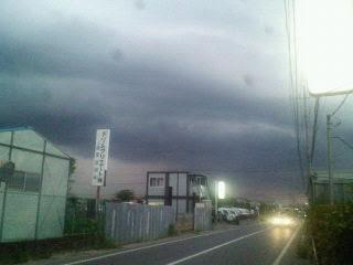 今にも振り出しそうな黒い雲