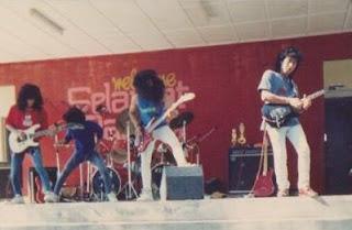 1b1f57167 Sejarah musik rock melayu berawal pada Malaysia dan Singapura bermula  secara meluas pada tahun 1980-an. Hal ini karena adanya pengaruh dari  budaya musik ...