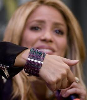 d596fa00505b SiempreConshakira  Shakira presenta su camiseta y pulsera de Hard ...