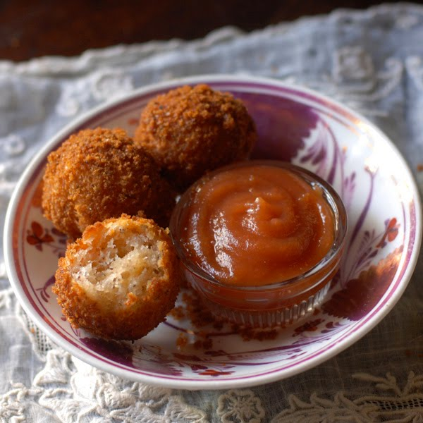cotswold dumplings are fried little cheese balls and are often associated with stews or served with a vegetable tomato puree. unusually these dumplings contain a cheese flavour and have a toasted breadcrumb coating, similar to a scotch-egg. to make these dumplings totally unique they are cooked by deep-frying them.