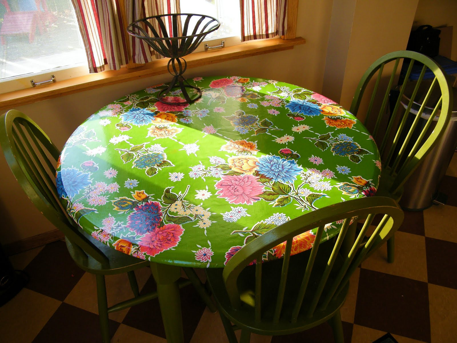 Soduel Fitted Oil Cloth Table Slipcover Mini Tutorial