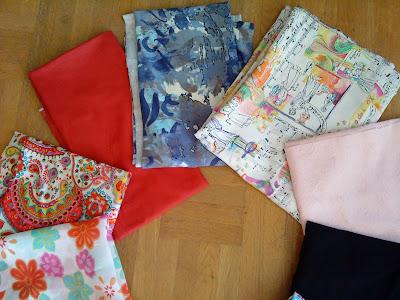 dcd8729cb9af Lite gott och blandat: röd denim, blåmönstrad jersey, rosa linnetyg, svart  bomullsjersey, trikå med paisleymönster, rosa-röd mönstrad bomull, ...