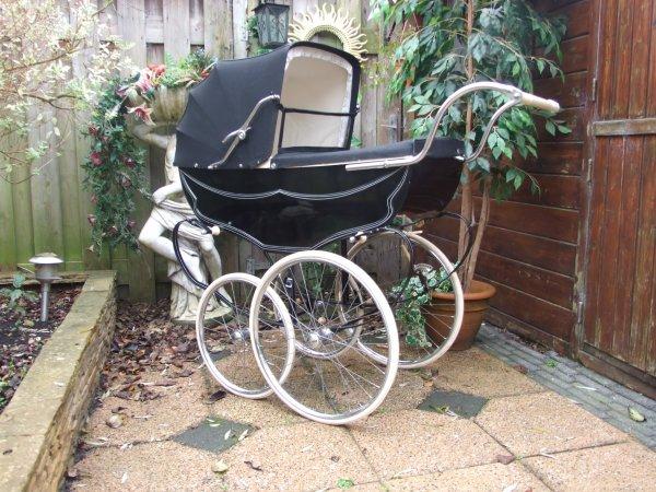 Ouderwetse kinderwagen Koelstra Monaco