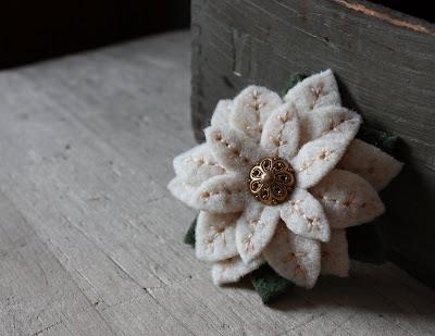 brosa floare din fetru