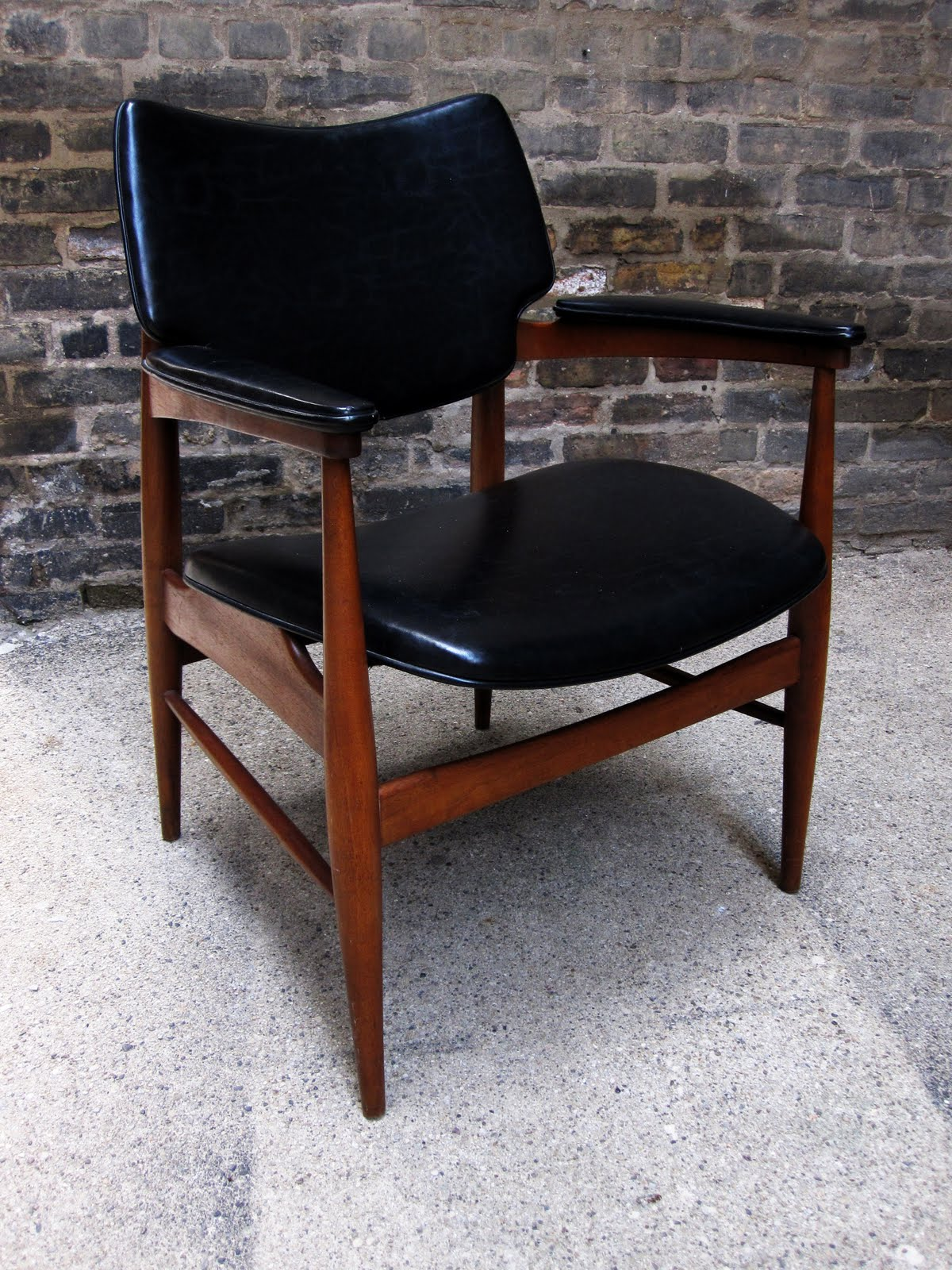circa midcentury: 'mid century' walnut / leather side chair