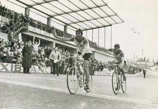 32e9bee740224b ... Schil het moeilijk maar Merckx wou hem niet losrijden. De meet naderend  stelde Merckx voor hem de zege cadeau te doen