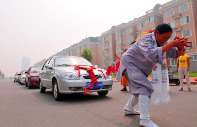 سيده صينية تسحب 6 سيارات بشعرها