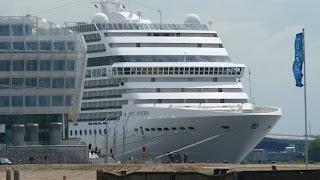 Schiff MSC Poesia liegt vor Anker im Hafen von Hamburg