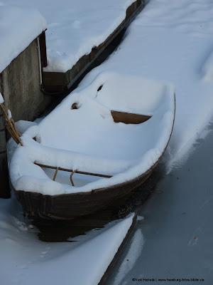 Holzboot, Ruderboot, Schnee und Eis