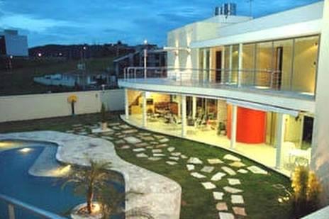 Fondo de una residencia contemporánea en Brasil