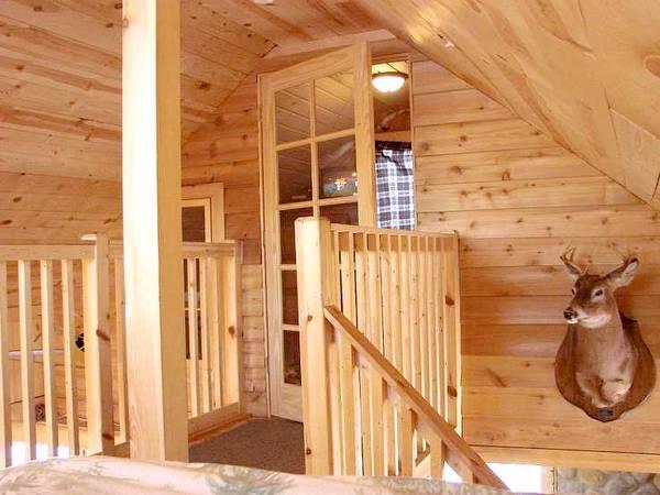 Vista del interior de la cabaña de madera norteamericana