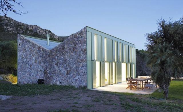 Techado invertido en una casa de piedra estilo contemporáneo en Mallorca