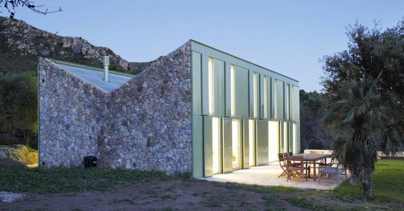 Arquitectura de casas casa de piedra con techo invertido for Casa moderna a dos aguas
