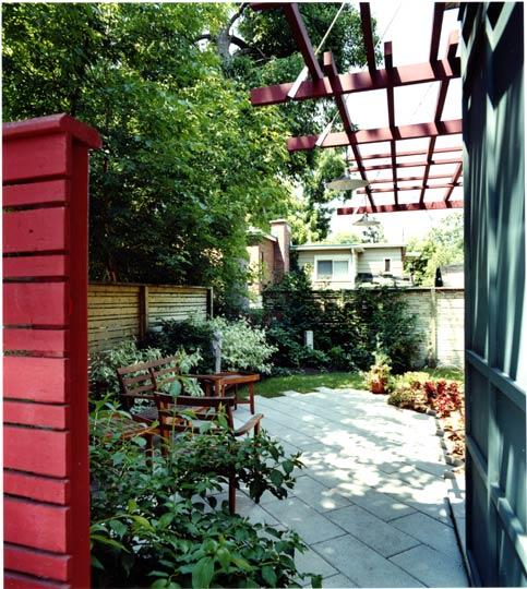 Acceso al patio y jardín lateral trasero