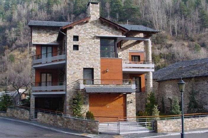 Arquitectura de casas moderno chalet de piedra en ordino for Proyecto chalet moderno