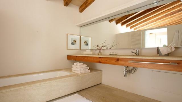 Baño rediseñado con aspecto contemporáneo