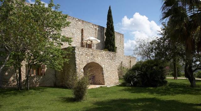 Exterior de un sector del edificio principal hecho de piedra seca en Mallorca