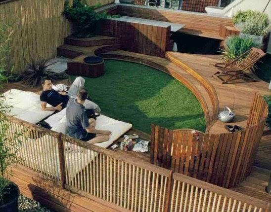 Arquitectura de casas terraza jard n con deck de madera for Casas con jardin y terraza