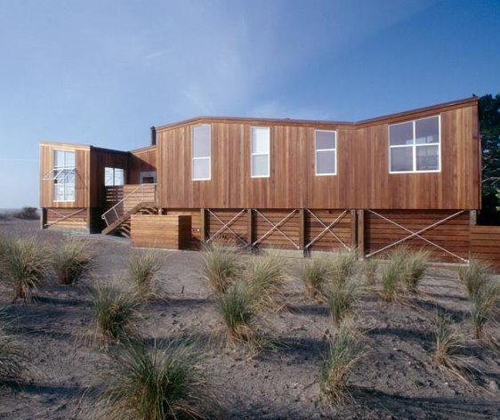 Casa contemporánea de madera en la playa